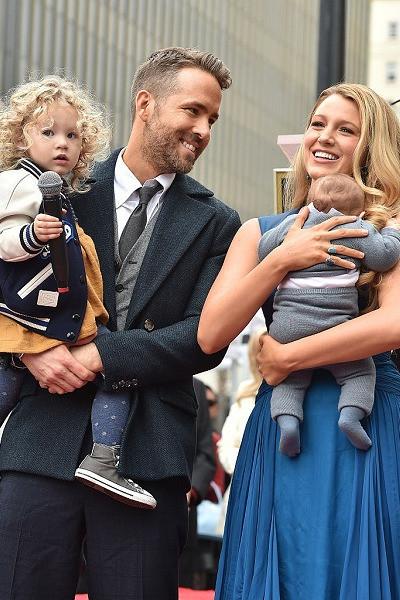 Супруги вместе с детьми на Алее Славы