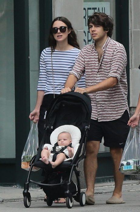 Кира Найтли с супругом и дочерью