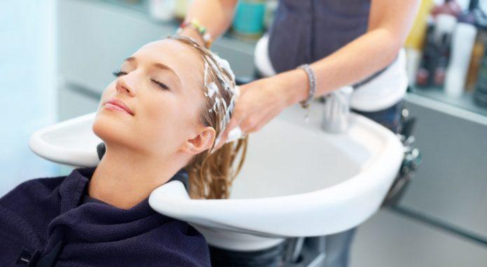 Девушке моют голову