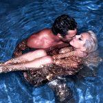 Тейлор и Гага в воде