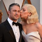 Леди Гага и Тейлор Кинни на церемонии