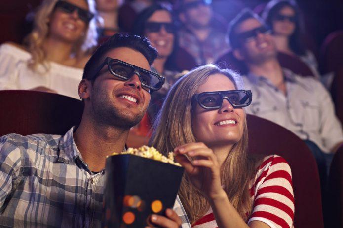 Парень и девушка в кинотеатре