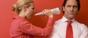 Женщина кричит на мужчину в рупор