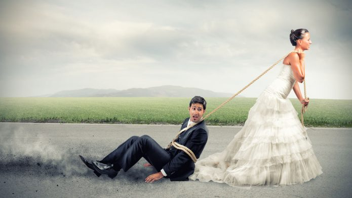 Невеста тащит жениха на верёвке