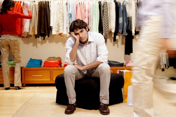 Мужчина скучает в магазине