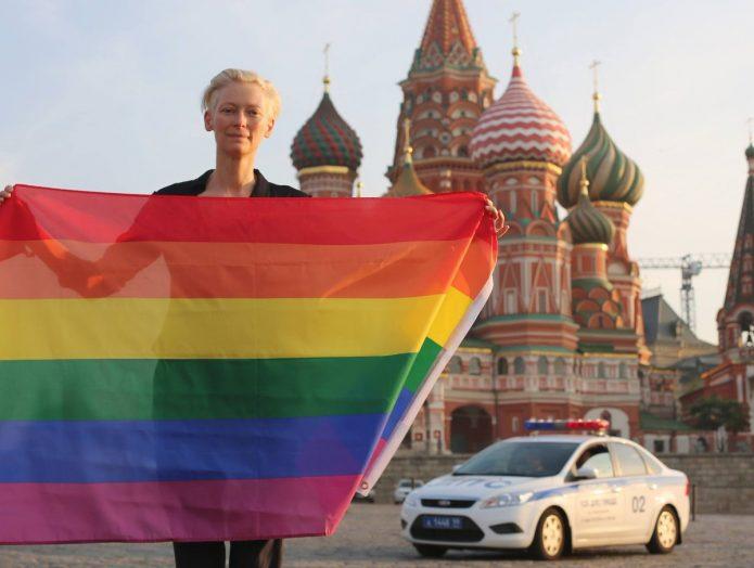 Тильда Суинтон с флагом ЛГБТ