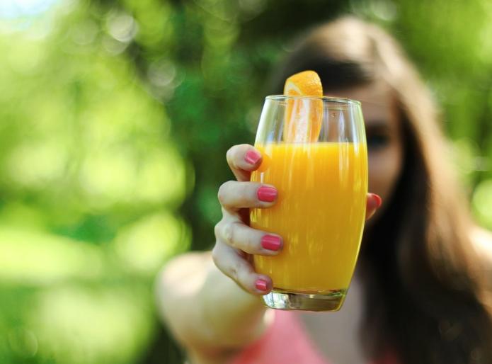 девушка, цитрусовый сок в стакане