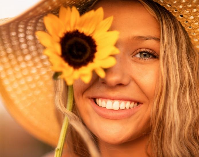 улыбка, девушка в соломенной шляпке с подсолнухом