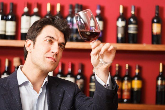 мужчина дегустирует вино, винный бар