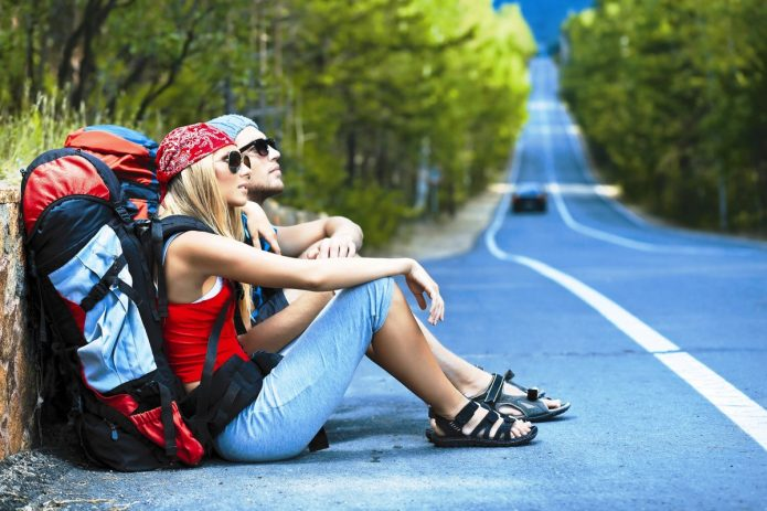 парень и девушка путешествуют, трасса