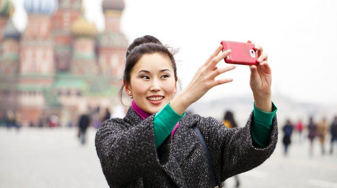 Китаянка фотографируется на Красной площади