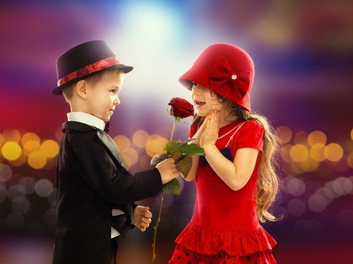 мальчик дарит розу девочке