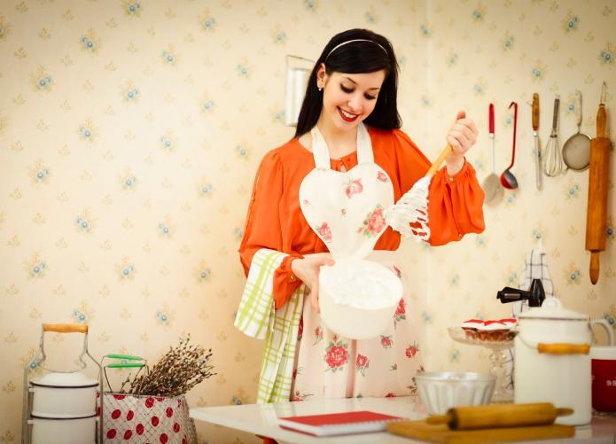 красивая девушка хозяйничает на кухне