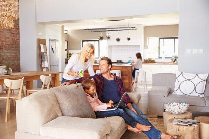 семья в уютной квартире