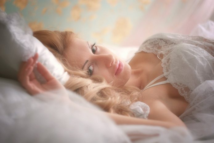 красивая блондинка утром в постели, нежность