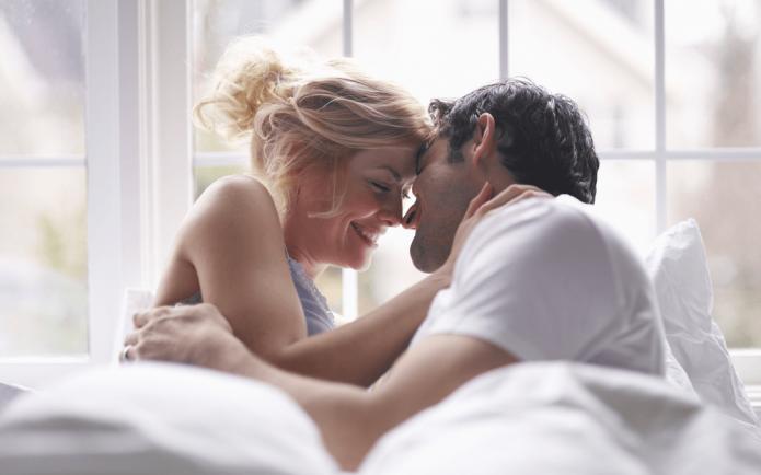влюблённые в постели, нежное утро