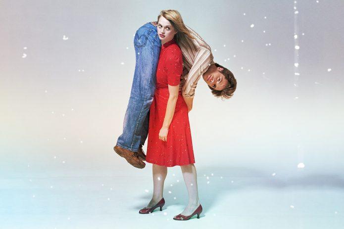 девушка в красном держит мужчину на плече