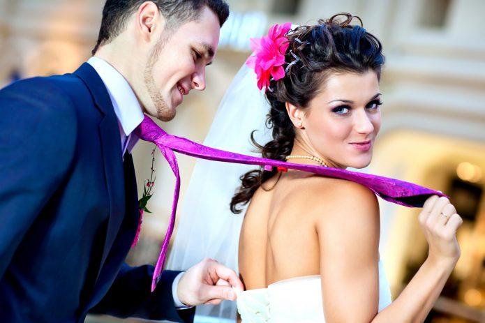 невеста тянет жениха за галстук