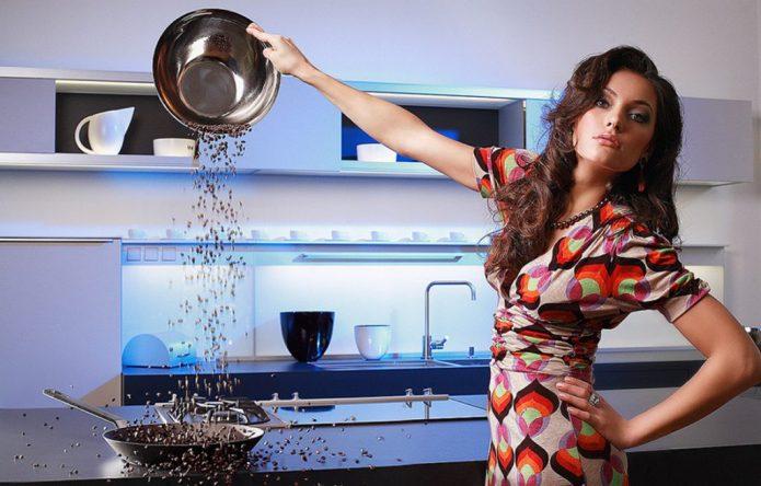 Девушка высыпает крупу на сковородку