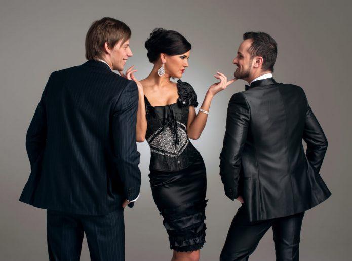 женщина в чёрном флиртует с двумя мужчинами