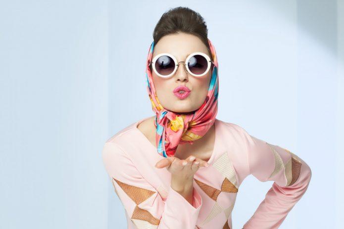 яркая девушка в солнечных очках и платке
