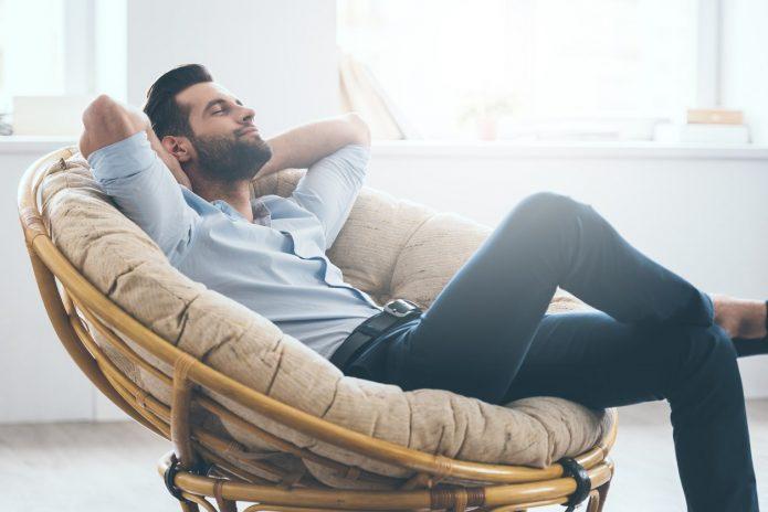 мужчина расслабляется в кресле