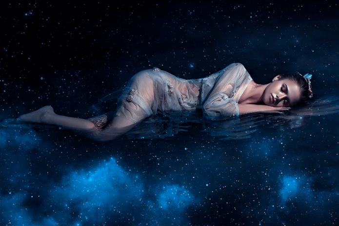 девушка спит в космосе