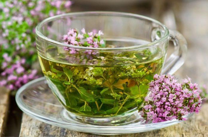 травяной чай в прозрачной чашке