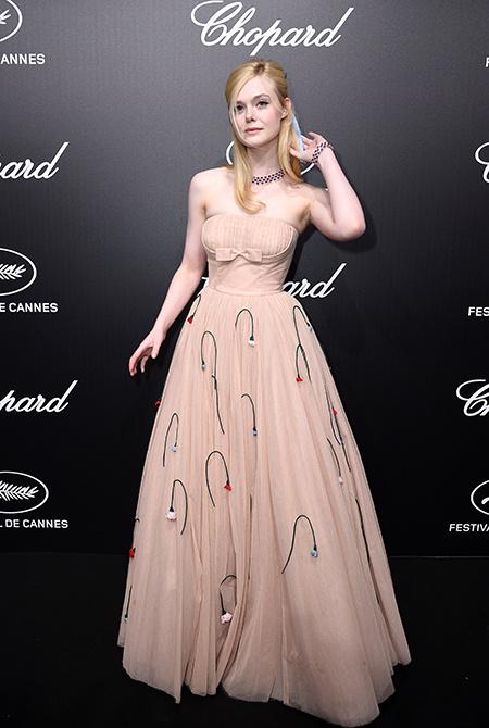 Эль Фаннинг обморок платье
