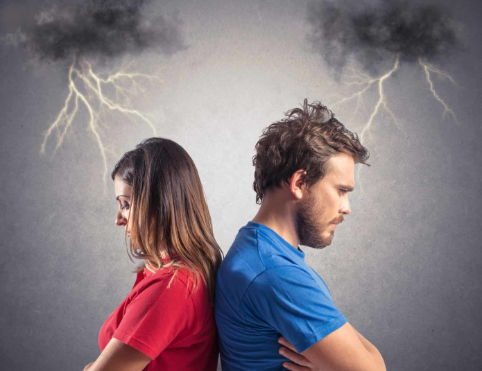 нарисованная грозу, мужчина и женщина отвернулись друг от друга