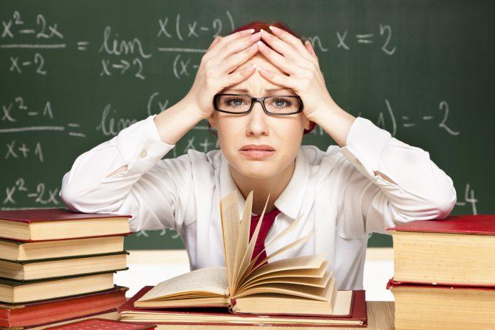 расстроенная учительница, школьная доска, книги