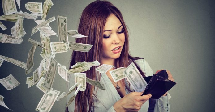 девушка с кошельком, улетающие деньги