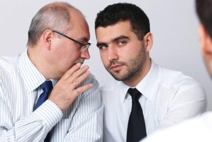Мужчина сообщает товарищу неприятную новость