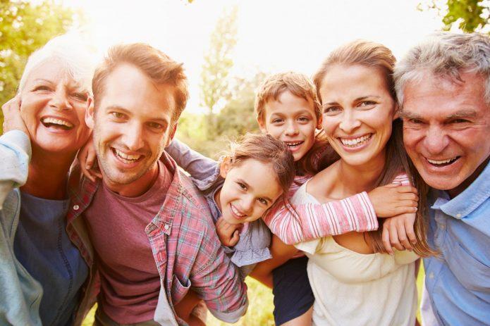 улыбающаяся семья, солнечная погода
