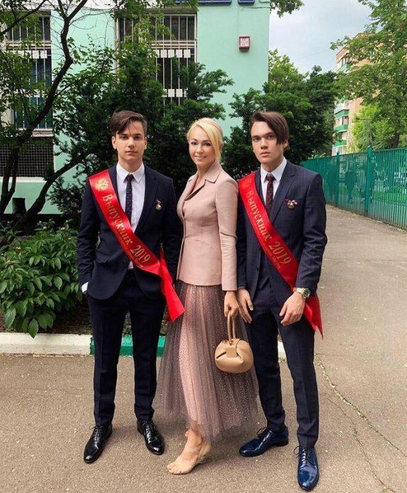 Сыновья Яны Рудковской закончили школу