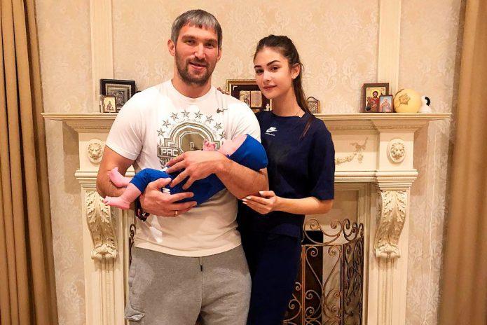 Овечкин и Шубская с ребенком