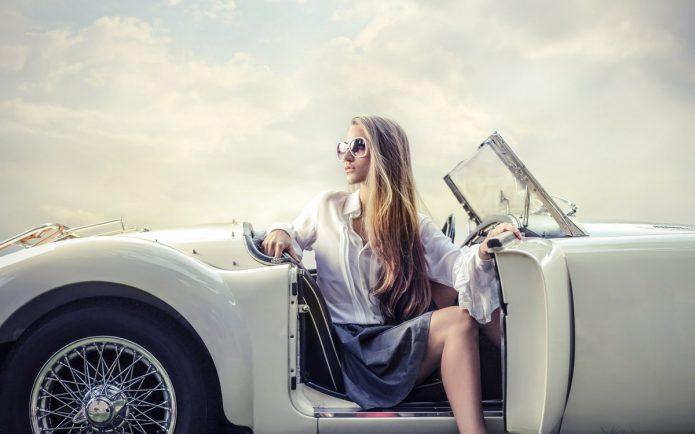 красивая девушка в роскошном авто