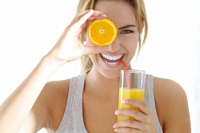девушка с соком и апельсином