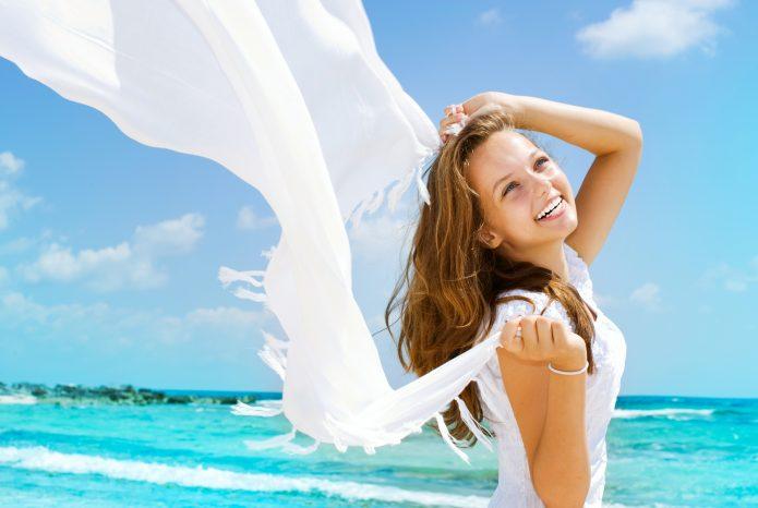девушка улыбка море белый палантин