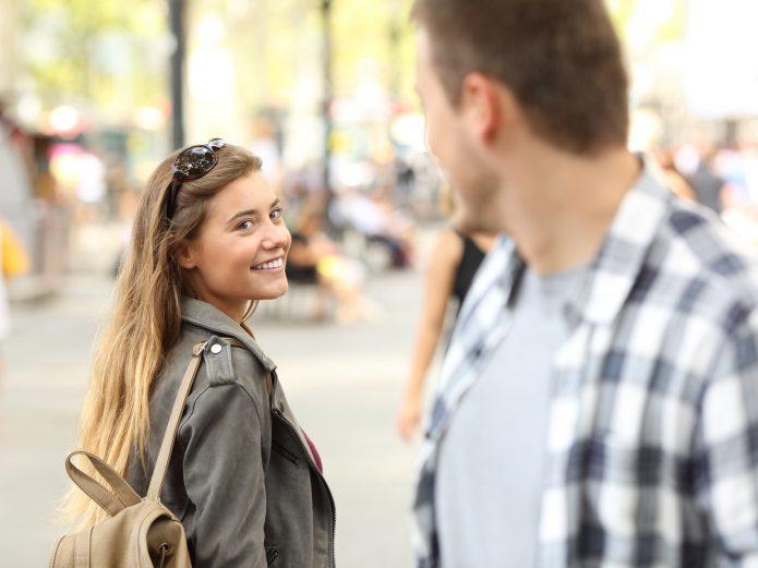девушка улыбается мужчине