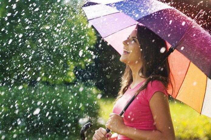 дождь, яркий зонт, улыбка девушка