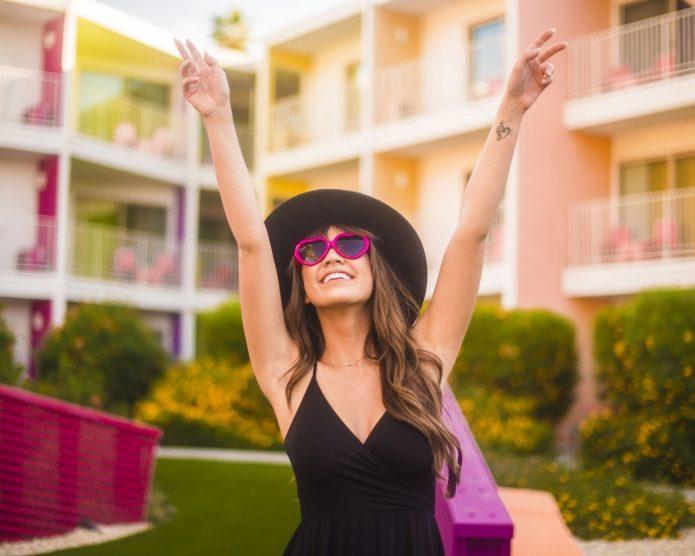 девушка в шляпе и очках-сердечках, улыбка, лето, радость