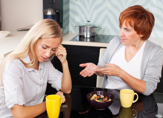 ссора, девушка и женщина за кухонным столом