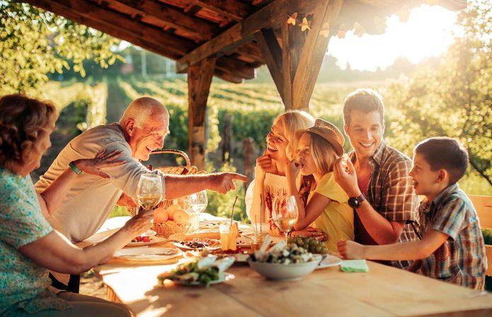 семейные посиделки, лето, беседка