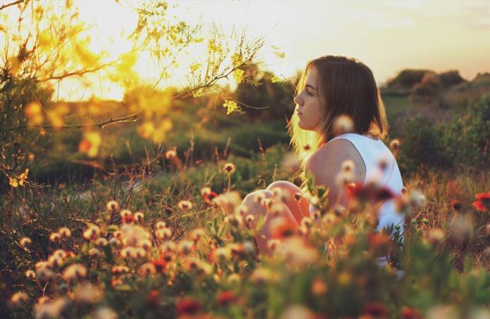 девушка в цветах, лето, закат