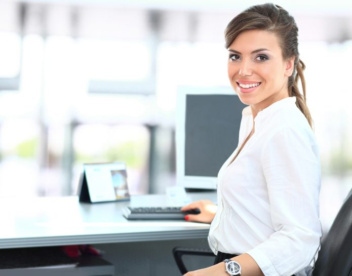 девушка в белой рубашке, офис, улыбка