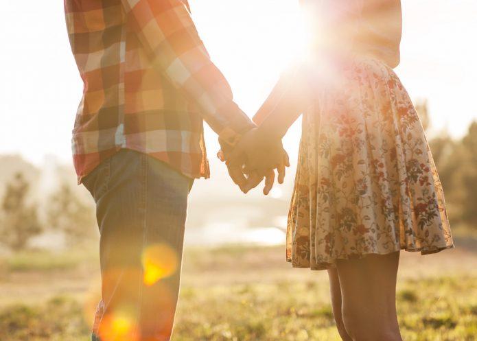 влюблённые держатся за руки, лето, солнце