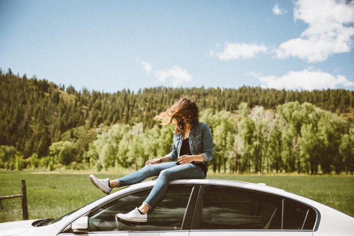 девушка сидит на машине, природа, лето