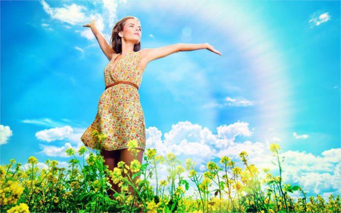 девушка, голубое небо, жёлтые цветы