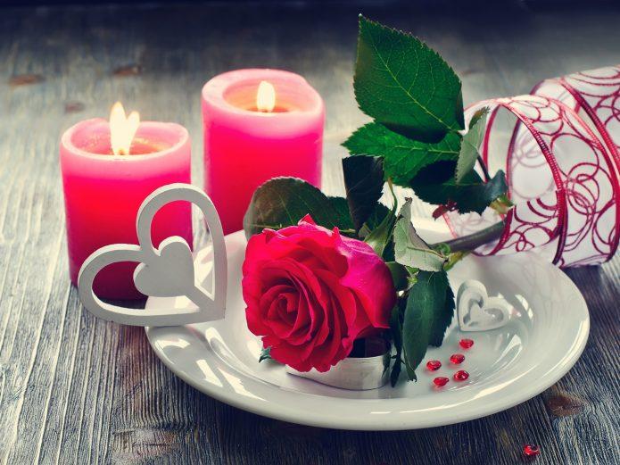 романтика, две красных свечи, красная роза